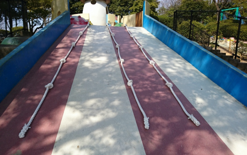 滑り台の登り綱